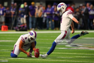 MINNEAPOLIS, MN - SEPTEMBER 23: Stephen Hauschka #4 of the Buffalo Bills warms up before the game against the Minnesota Vikings at U.S. Bank Stadium on September 23, 2018 in Minneapolis, Minnesota. (Photo by Adam Bettcher/Getty Images)