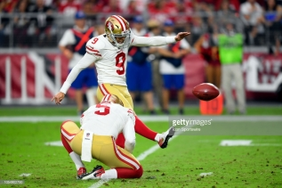GLENDALE, AZ - OCTOBER 28: San Francisco 49ers kicker Robbie Gould (9) kicks a field goal in game action during an NFL game between the Arizona Cardinals and the San Francisco 49ers on October 28, 2018 at State Farm Stadium in Glendale, Arizona. (Photo by Robin Alam/Icon Sportswire via Getty Images)